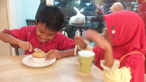 COFFEE BEAN : Inilah Abbie (kiri) dan adiknya Tazkia(Kanan) saat menikmati menu Coffee Bean.  Berbagi bersama ya (9/11).  Foto Asep Haryono