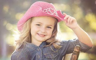 بنت ترتدى قبعة لونها فوشيا جميلة اوى