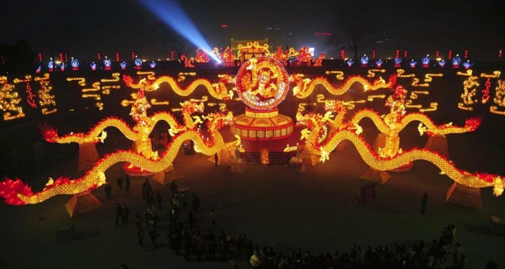 Dragões iluminados em celebração do ano novo chinês