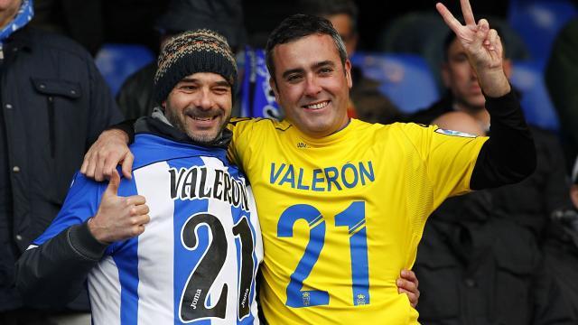 Un aficionado deportivista y otro canario con camiseta de Valerón