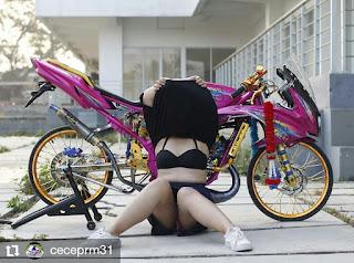 Modifikasi Ninja pink plus model montok baju hitam pamer body