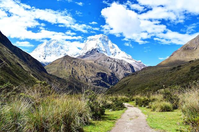 montanha coberta de neve e montanha sem neve