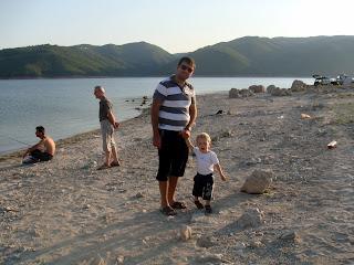 Kırcaali baraj gölü kenarında dolaşırken