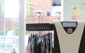 effie trông như một chiếc tủ nhỏ, nó có 2 giá treo 2 bên cho phép bạn treo tối đa 12 chiếc quần, áo cùng lúc.