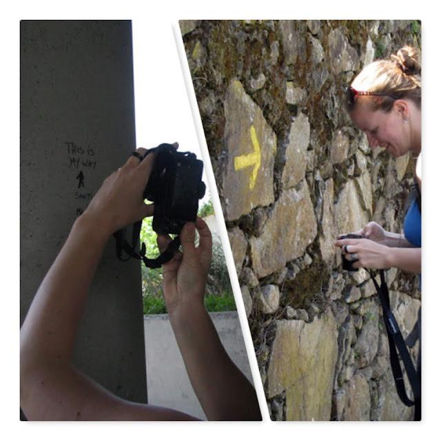 Peregrina do caminho de Santiago fotografando setas