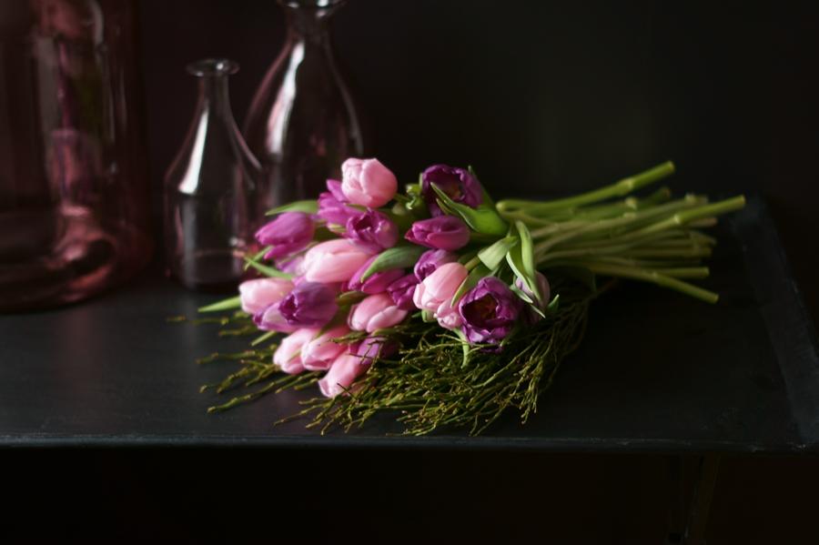 Blog + Fotografie by it's me! - fim.works - lila- & rosafarbene Tulpen, Glasvasen, schwarzer Tisch