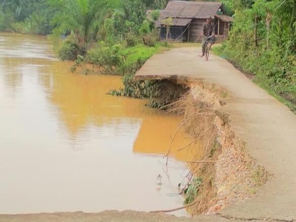 BREAKING NEWS - Akibat Luapan Sungai, Jalan Lintas dari Kedua arah di Desa Aceh Timur ini Runtuh Terbawa Arus