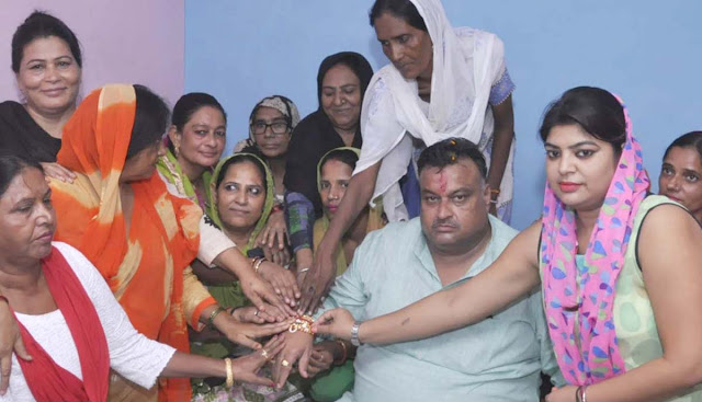 Senior Congress leader Lakhan Singh, who arrived at Rakhi Bandhi on the call of women activists