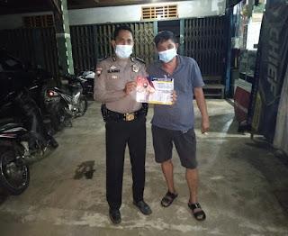 Polisi Temui Di Rumah Warganya Untuk Ajak Hidup Bersih Supaya Virus Corona Tidak Masuk Ke Tubuh Manusia