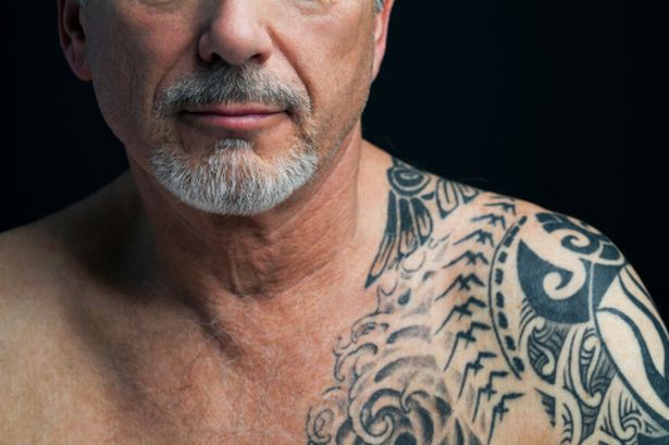 Tatuado maduro con tatuaje maori