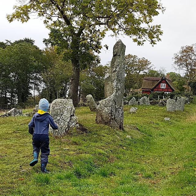 Träumen von Bornholm: 10 Dinge, nach denen wir uns sehnen. Die Bautasteine bei Listet sind einen Besuch wert, darüber freuen sich auch die Kinder.