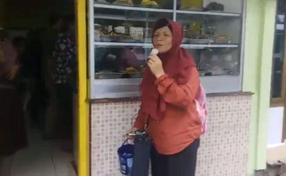 Video Ibu-Ibu Pengamen Nyanyikan Lagu Still The One Yang Mendadak Viral