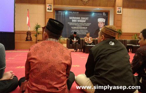 DUDUK : Tidak ada kursi dalam seminar Waqaf dan Zakat ini, semua peserta duduk di lantai beralaskan permadani atau karpet yang indah dan lembut milik Aula Bank Indonesia.  Foto Asep Haryono
