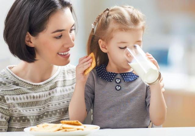 Ibu Wajib Tahu Manfaat Susu Bagi Anak