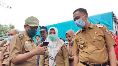 Didampingi Wakil Bupati, Amran Mahmud Serahkan Bantuan ke Korban Banjir Bandang