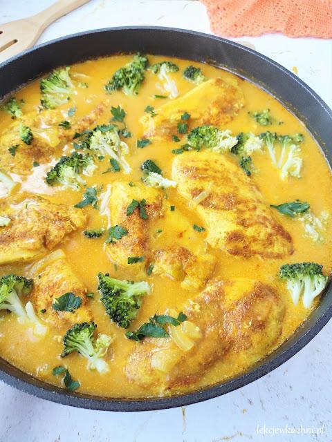 Kurczak w sosie curry z brokułami przepis