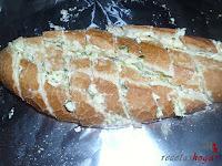 Pan untado con mantequilla, ajo y perejil