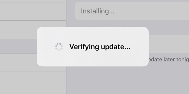"""رسالة iPadOS """"التحقق من التحديث""""."""