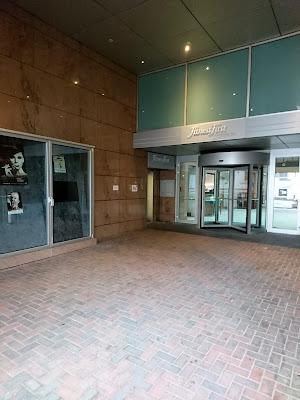 Eingang zum Fitness First Stadtbad Mitte in der Fassade des Hiltons