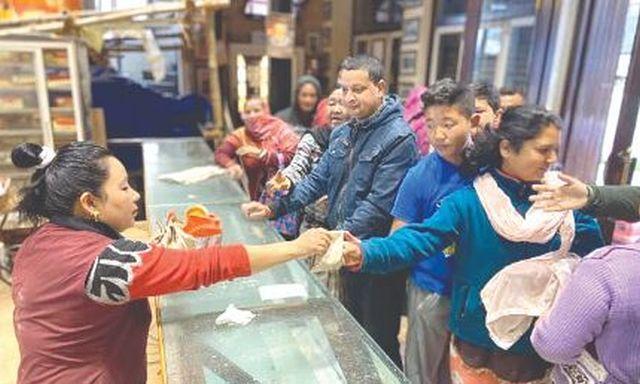 Good samaritans in Darjeeling provide essentials to elderly
