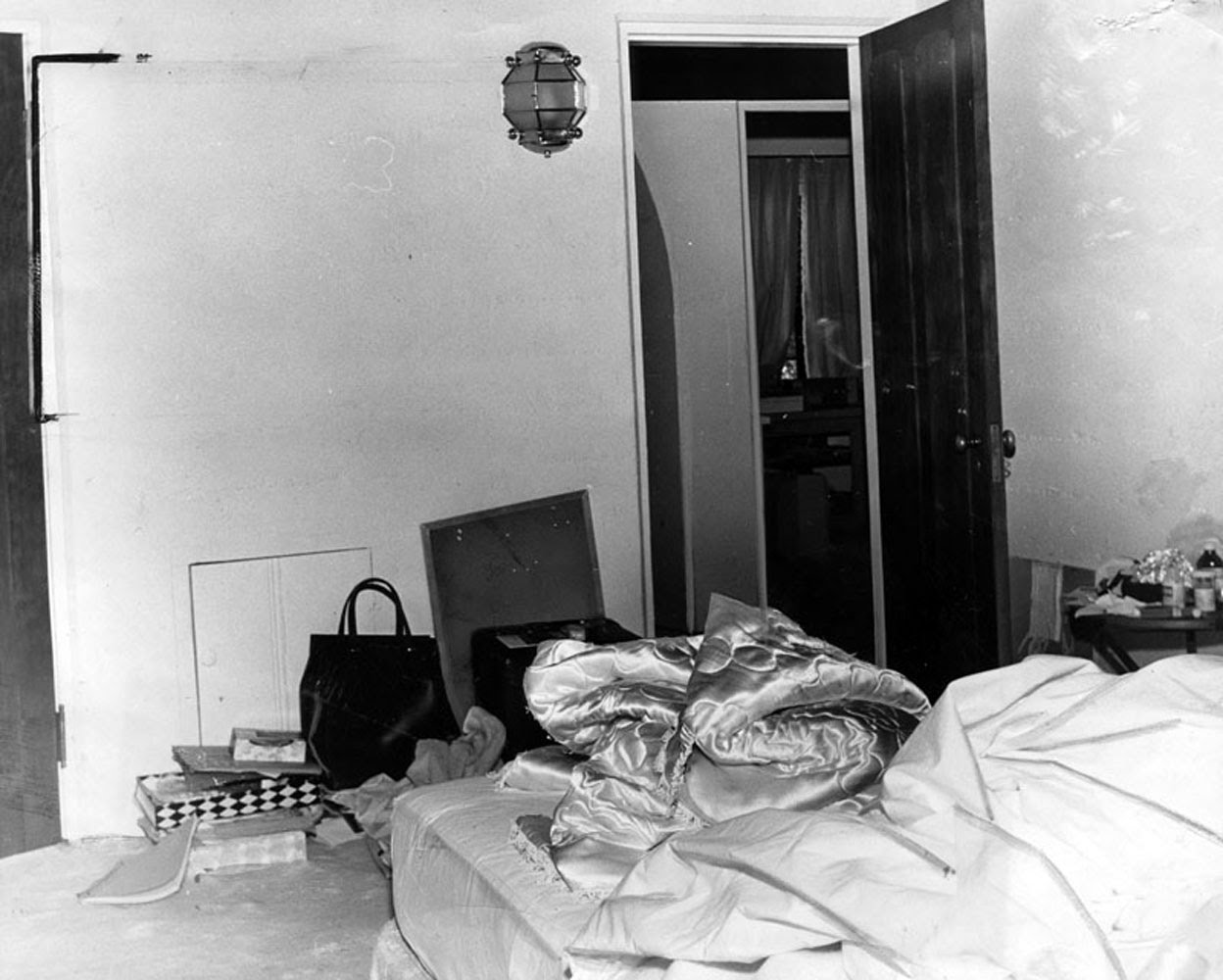rare photographs show the bedroom in which marilyn monroe was found rh vintag es marilyn monroe bedroom curtains marilyn monroe bedroom set value city