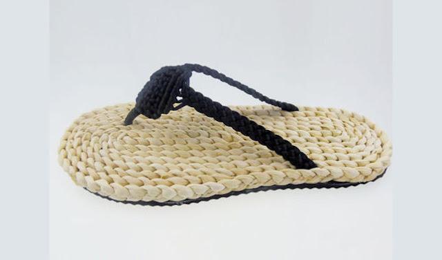 Kerajinan sandal dari kulit jagung