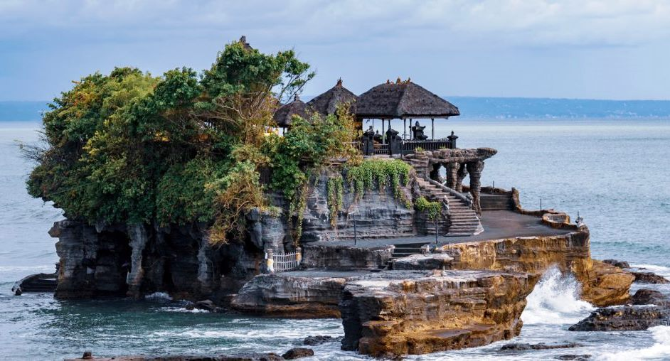 5 tourist places in Indonesia most suitable for Christmas and New Year holidays-how far are you exploring Indonesia? Do you prefer to go abroad or travel around the country? From Sabang to Merauke, Indonesia is an expanse of tapestries with extraordinary natural beauty. From the natural wealth of the underwater to the mountainous cluster, Indonesia is the champion. You like the beach? Indonesia has a row of beaches that will not be exhausted you explore. You like mountains? Indonesia has a mountain list waiting for you to immediately climb. Not only abundant natural wealth, culture in Indonesia is also very diverse. Each region has a distinctive culture that makes the country more colorful. Still doubt the wealth of Indonesia? Here are a summary of 5 tourist places in Indonesia most suitable for Christmas and New Year holidays: