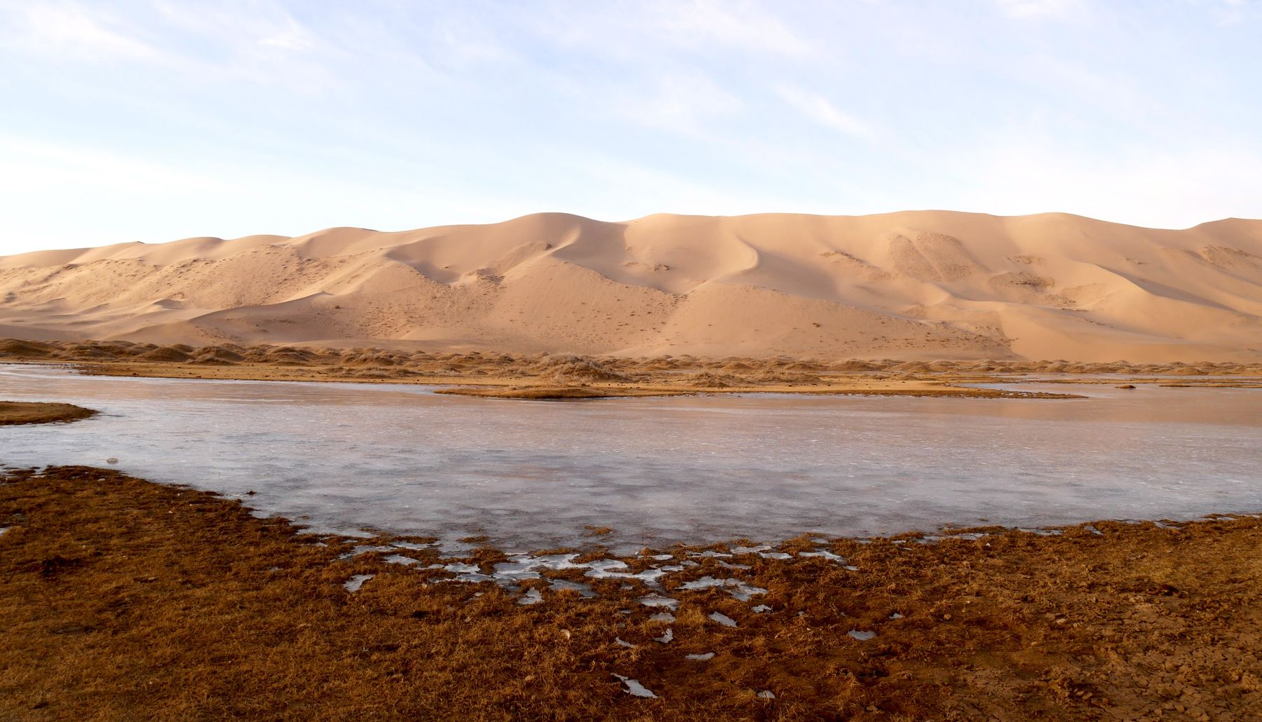 Пустыня долины озер Гоби, Монголия. Замерзшее озеро