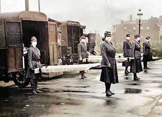 Infermiere inglesi durante la febbre spagnola (foto ricolorata)