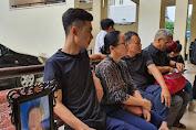 Con trai quê Nghệ An ôm di ảnh bố đến tòa xử vụ 2 тн¡ тнể trong thùng bê tông: 'Chúng tôi chờ sự ăn năn của các bị cáo'