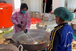 Tri Rismaharini Ketika Tidak Ada ASN Kemensos Bantu Dapur Umum di Balai Wyataguna