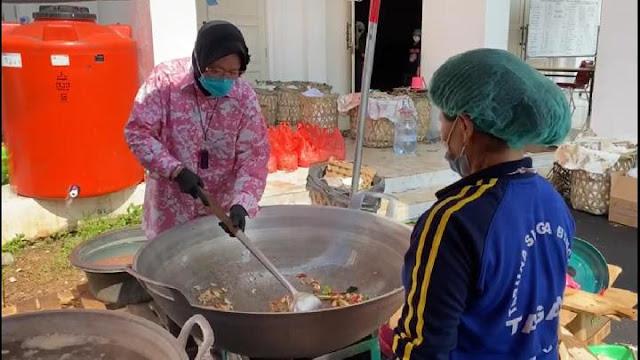 Tri Rismaharini Ketika Tidak Ada ASN Kemensos Bantu Dapur Umum di Balai Wyataguna,.lelemuku.com.jpg