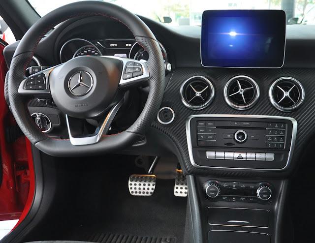 Nút điều chỉnh tiện ích Mercedes A250 bố tri tiện lợi và đẹp mắt