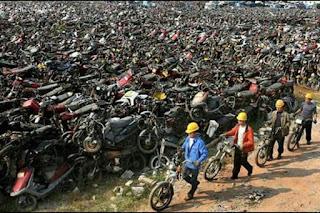 Sudah Pernah Lihat Lapangan Berisi Tumpukan Motor Sebanyak Ini ?