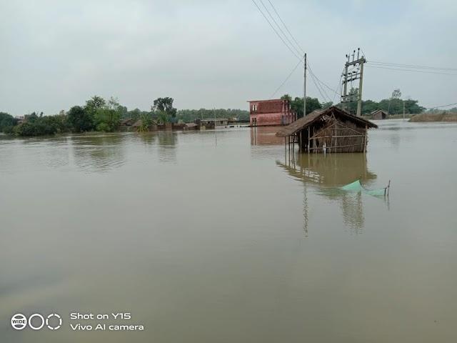 बाढ़ पीड़ितों की समस्या नहीं हो रही कम, बढ़ रहा जलस्तर