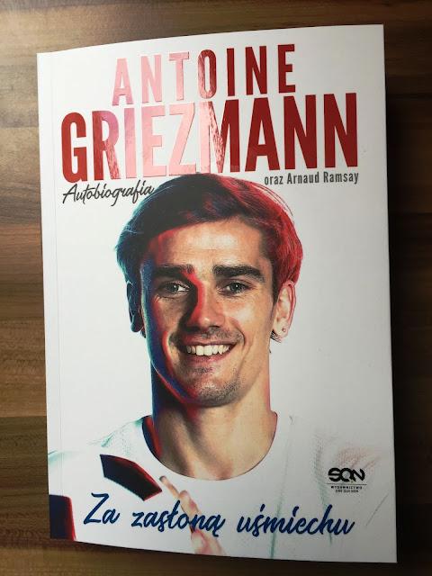 """Recenzje #124 - """"Antoine Griezmann za zasłoną uśmiechu"""" - okładka książki pt.""""Antoine Griezmann za zasłoną uśmiechu"""" - Francuski przy kawie"""