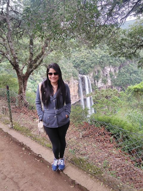 mulher em um parque da natureza