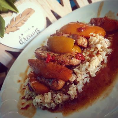 Polędwica wieprzowa z brzoskwiniowym sosem