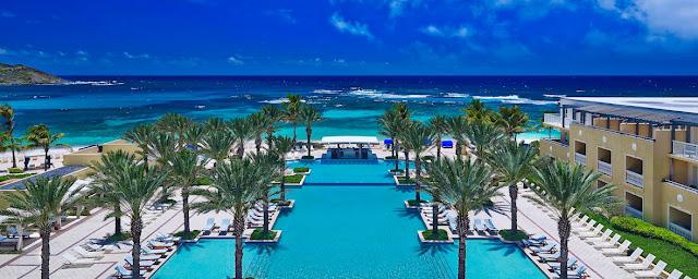 Hôtel de luxe Westin Dawn Beach à Saint Martin -piscine avec palmier face à la plage