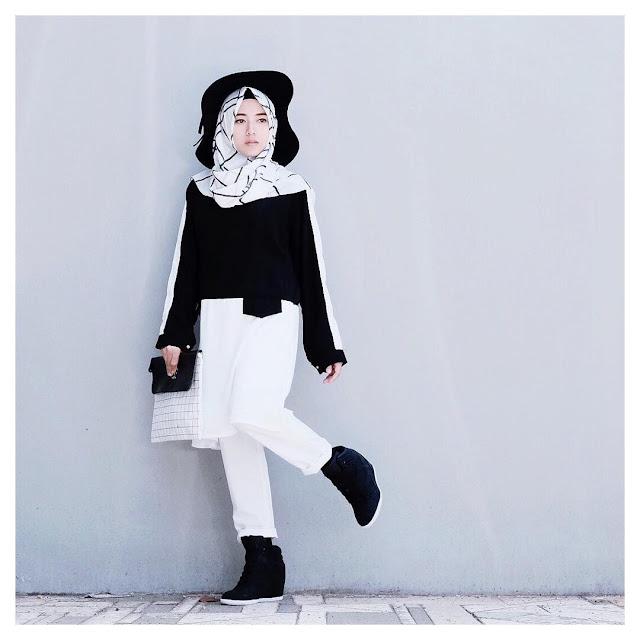 Model Gaya Hijab Casual Topi Hitam Bawahan Putih cewek kekinian