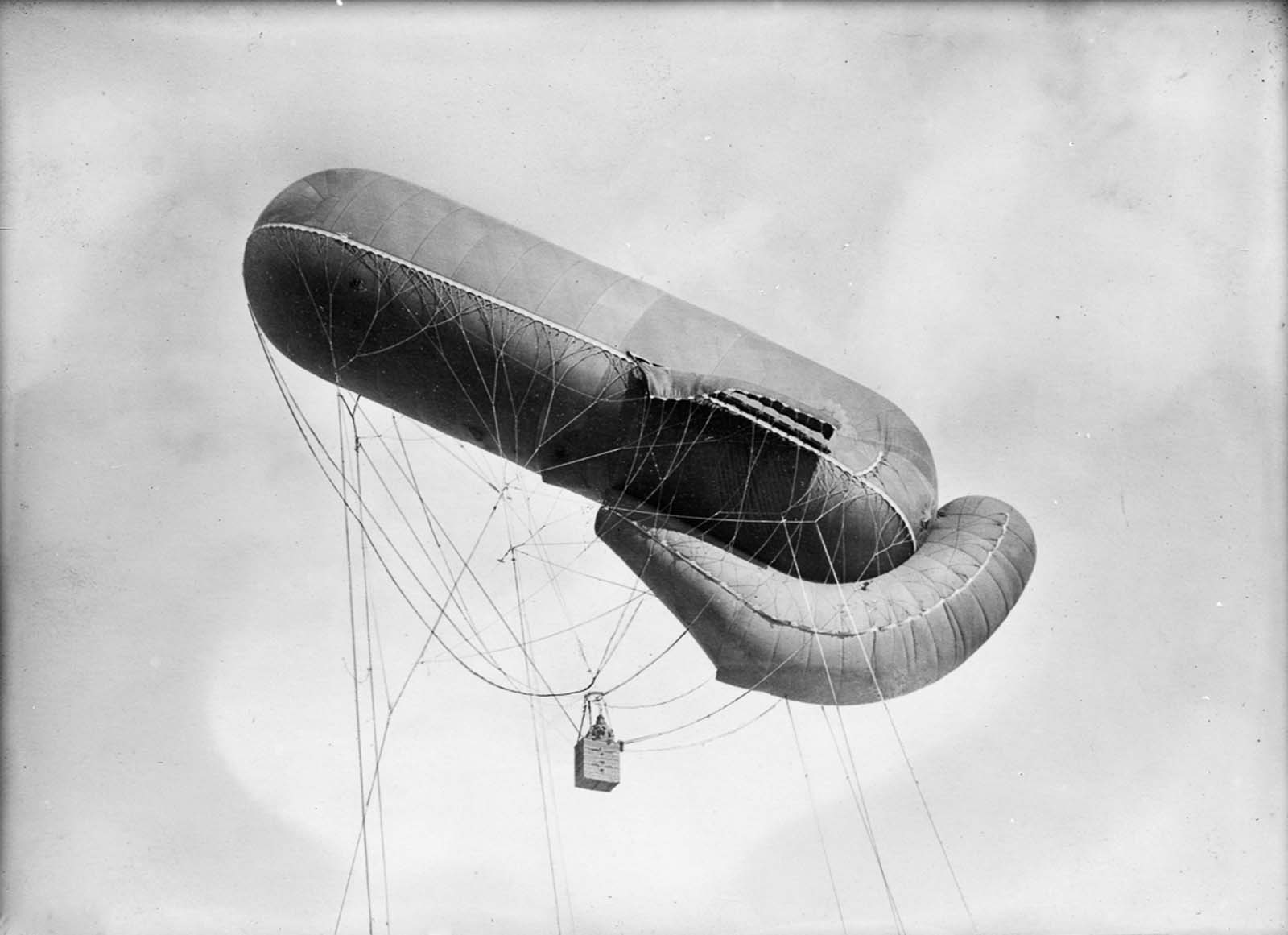 A German observation balloon in flight. 1915.