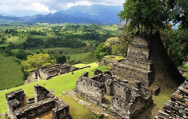 """Enclavada en la espesa selva del estado mexicano de Chiapas, se encuentra una ciudad añeja que es ahora mudo testigo del esplendor del período Clásico maya. ¿Su nombre? Palenque. ¿Su nombre verdadero? Lakamha, que significa """"lugar de las grandes aguas""""."""