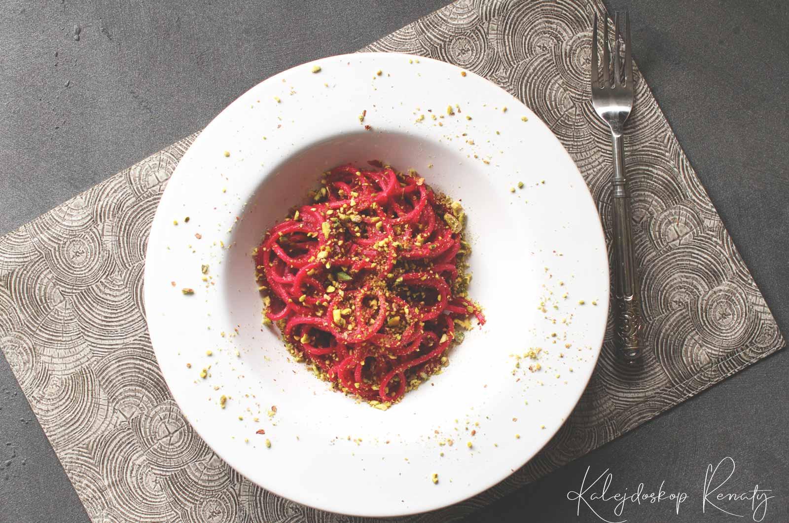 Przepis na makaron z burakami, anchois i pistacjami — finezyjna kombinacja smakowa odskakująca od tradycji.