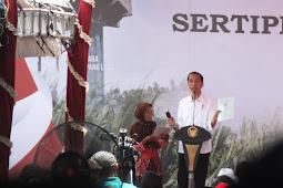 Jokowi Bagikan Sertifikat Untuk Warga Grobogan, Nenek Ini Dapat Hadiah Sepeda