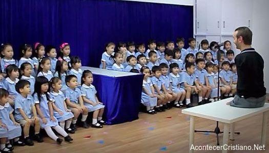 Nick Vujicic canta con un coro de niños