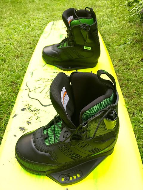 Sprzęt wakeboardowy na trawie