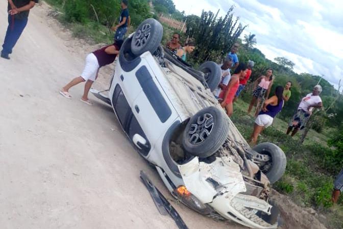 Padre perde controle da direção e capota veículo entre as comunidades de Lagoa da Cruz e Alambique, município de Barrocas Bahia