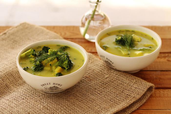 Wiosenna zupa z brokułami i serem feta