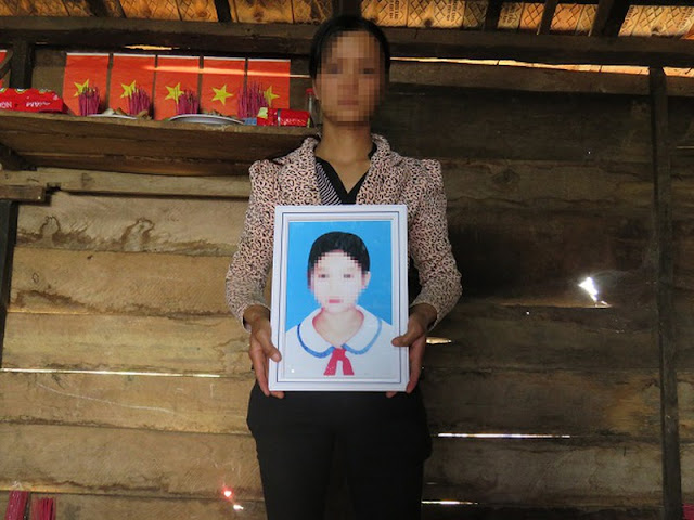 Chị Tô Thị Quỳnh ôm di ảnh con gái