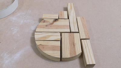 تقطيع قطعة من الخشب بواسطة منشار الأركت